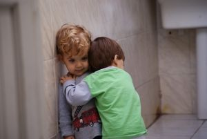abrazo-ninos-pequenos