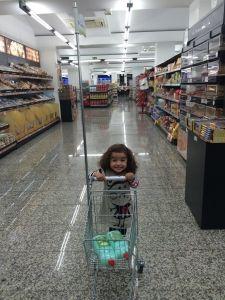 niña comprando